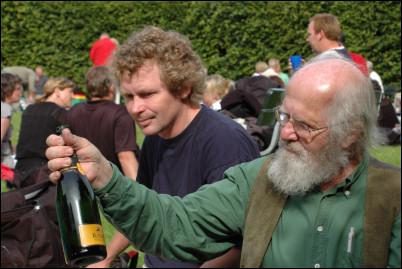 Bengt inspekterar flaskan