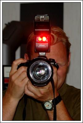 Ola fotograferar Alva som fotograferar Ola